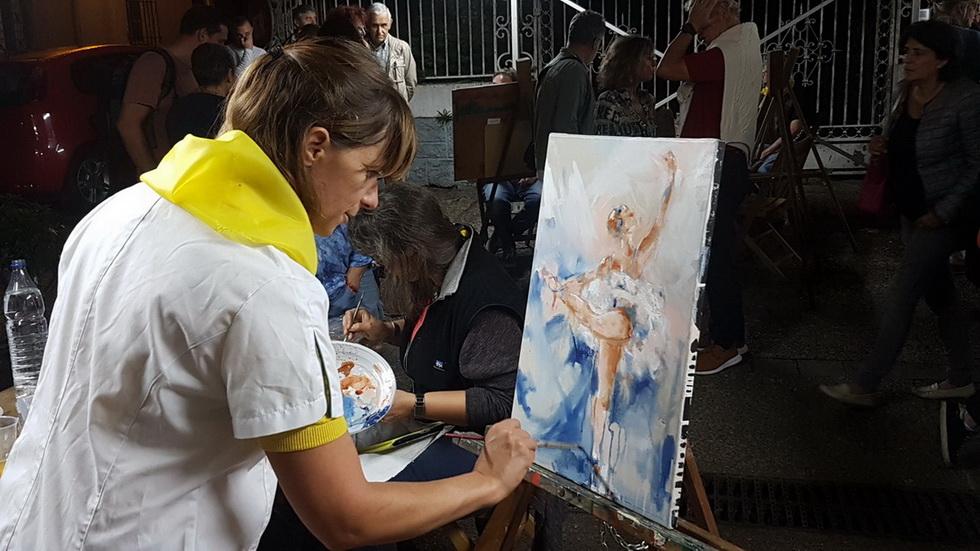 Peinture Danse classique / Ballet : Lucie LLONG, artiste peintre du mouvement travaille sous les yeux du public sur sa peinture sur toile d'une danseuse réalisée aux rencontres de Maubourguet 2017