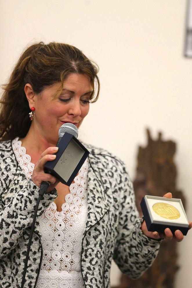 Exposition au 45ème salon de Boutigny sur Essonne : Clara Laurent présente à Lucie LLONG, artiste peintre du mouvement et invitée d'honneur du salon, la médaille de l'Assemblée Nationale gravée à son nom