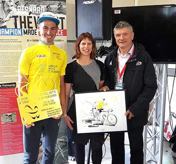 art tableau sport cyclisme : entourée par le double vainqueur du tour de France, Bernard Thévenet et le vainqueur du jour, Antoine Raugel du tour cycliste de l'API 2018
